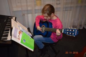 Lekcje gry na gitarze XI 2019 Szkoła Muzyczna Effect we Wrześni 01